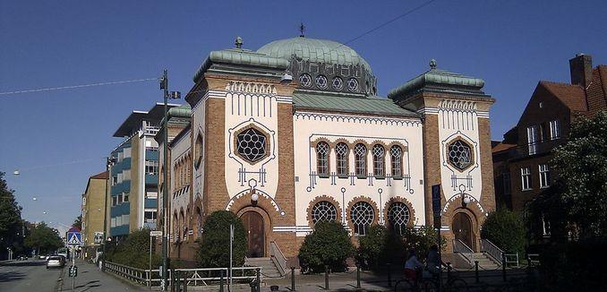 FeaturedImage_2017-12-12_WikiCommons_Malmö_Synagogue_-_panoramio