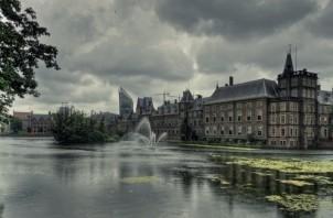FeaturedImage_2018-12-19_WikiCommons_Dark_clouds_over_Dutch_parliament