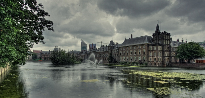 FeaturedImage_2018-12-19_WikiCommons_Dark_clouds_over_Dutch_parliament